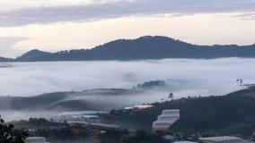 Il piccolo villaggio in nebbia, da qualche parte vicino a Dalat, Vietnmam Fotografia Stock Libera da Diritti