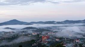 Il piccolo villaggio in nebbia, da qualche parte vicino a Dalat, Vietnmam Fotografie Stock Libere da Diritti