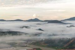 Il piccolo villaggio in nebbia, da qualche parte vicino a Dalat, Vietnmam Immagine Stock