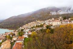 Il piccolo villaggio si è appollaiato sopra la collina, Barrea, Abruzzo, Italia Oc Fotografie Stock Libere da Diritti
