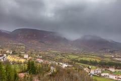 Il piccolo villaggio si è appollaiato sopra la collina, Barrea, Abruzzo, Italia Oc Fotografia Stock