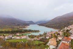Il piccolo villaggio si è appollaiato sopra la collina, Barrea, Abruzzo, Italia Oc Immagine Stock