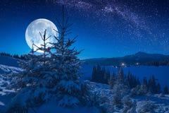 Il piccolo villaggio su una collina coperta di neve fresca fotografie stock libere da diritti