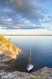 Il piccolo yacht in un golfo Fotografie Stock Libere da Diritti