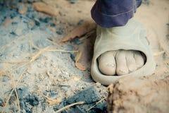 Il piede dell'agricoltore dell'uomo anziano su rurale della Tailandia Fotografia Stock