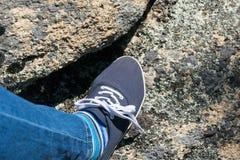 Il piede delle donne in scarpe Escursione fotografia stock