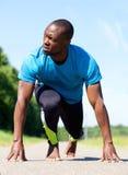Il piede nudo mette in mostra l'uomo che allunga l'allenamento di esercizio Immagine Stock Libera da Diritti