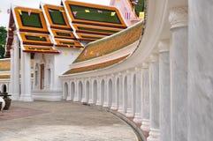 Il piedistallo intorno 'al tempio tailandese di s con la chiesa. Fotografia Stock