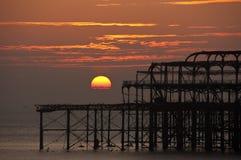 Il pilastro ad ovest a Brighton al tramonto immagini stock libere da diritti