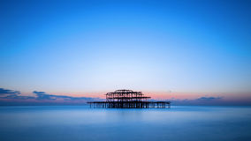 Il pilastro ad ovest di Brighton dopo il tramonto, Inghilterra, Regno Unito Fotografia Stock Libera da Diritti