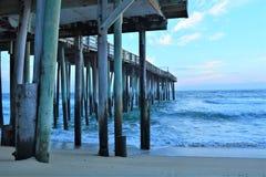 Il pilastro all'alba offre al pescatore una probabilità iniziale prendere la prima colazione fotografia stock
