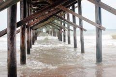 Il pilastro alla Nord Carolina della spiaggia dell'isola dell'oceano durante l'alta marea Immagine Stock Libera da Diritti