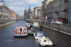 Il pilastro delle barche di escursione il giorno di giugno del canale St Petersburg Fotografia Stock Libera da Diritti