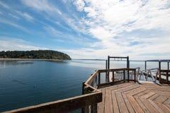 Il pilastro e la barca del parco di stato della spiaggia di Joemma si mettono in bacino su Puget Sound vicino a Tacoma WA nel nor Immagine Stock