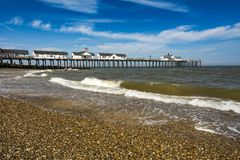 Il pilastro e la spiaggia di Southwold in Suffolk costeggiano il giorno soleggiato fotografia stock libera da diritti