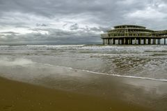 Il pilastro famoso Scheveningen a Aia Un giorno nuvoloso netherlands fotografia stock libera da diritti