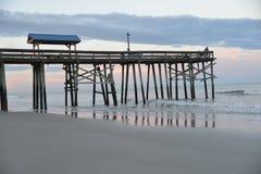 Il pilastro si sporge dopo gli interruttori e fornisce una grande posizione di vantaggio di pesca fotografie stock
