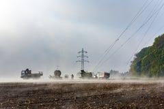 Il pilone dell'elettricità è l'accumulazione al campo Fotografie Stock Libere da Diritti
