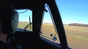 Il pilota al timone degli aerei Vista dalla cabina di pilotaggio sulla pista durante il decollo stock footage