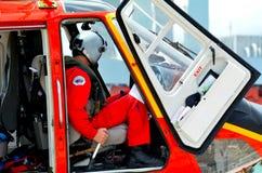 Il pilota dell'elicottero di salvataggio si siede nella cabina di pilotaggio Fotografia Stock