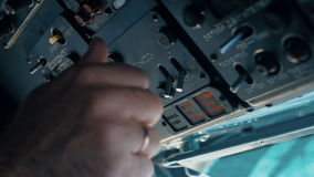 Il pilota dell'elicottero sta preparando per il volo video d archivio