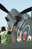 Il pilota di P40-N Kitty Hawk ringrazia la squadra a terra Fotografia Stock Libera da Diritti