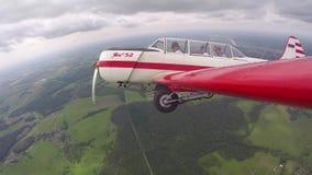 Il pilota esegue le figure delle acrobazie aeree con il passeggero in piccolo Yakovlev 52 video d archivio