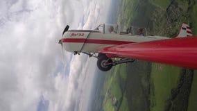 Il pilota esegue le figure delle acrobazie aeree con il passeggero in piccolo Yakovlev 52 archivi video