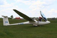 Il pilota prepara il suo aliante per l'inizio. Immagini Stock