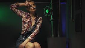 Il Pin sulla lavoratrice sta sedendosi dopo il lavoro e sta pulendo il sudore fuori dalla sua fronte stock footage