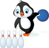 Il pinguino gioca il bowling Fotografia Stock Libera da Diritti