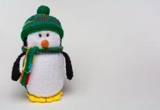 Il pinguino ha farcito il giocattolo sullo spazio bianco della copia del fondo Immagini Stock
