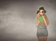 Il pirata del nerd riflette sulla compressa fotografie stock libere da diritti