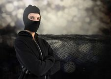 Il pirata informatico della donna con il cappuccio e arma la condizione attraversata sopra davanti al fondo digitale Immagini Stock