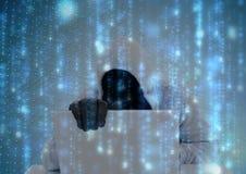 Il pirata informatico grigio chiaro del saltatore con fuori affronta fare qualcosa sul computer codice binario blu-chiaro Fotografia Stock Libera da Diritti