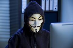 Il pirata informatico in una maschera di Guy Fawkes Fotografie Stock Libere da Diritti
