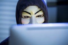 Il pirata informatico in una maschera di Guy Fawkes Immagine Stock
