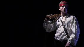 Il pirata pericoloso con le cicatrici sul suo fronte sta mettendo una pistola sulla sua spalla, 4k stock footage