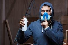 Il pittore dei graffiti nella stanza affumicata scura Immagini Stock