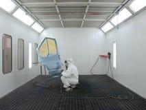 Il pittore lavora in una cabina di spruzzo Fotografia Stock Libera da Diritti