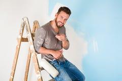 Il pittore in pittura ha schizzato la camicia che dipinge una parete Fotografie Stock Libere da Diritti