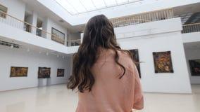 Il pittore sta stando prima della tela bianca che ritiene al capolavoro futuro, dipingente steadicam 4K video d archivio