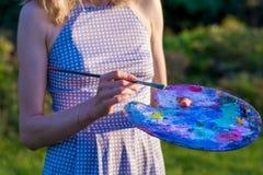 Il pittore tiene una spazzola e una tavolozza in pittura ad olio, fine su fotografia stock
