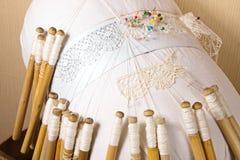Il pizzo dimensionale di Vologda, lino infila, tessendo sulle bobine del caprifoglio fotografia stock