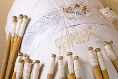 Il pizzo dimensionale di Vologda, lino infila, tessendo sulle bobine del caprifoglio immagini stock libere da diritti