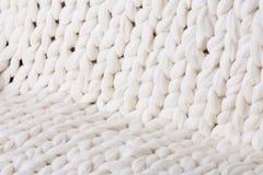 il plaid bianco grande tricotta coperta tricottata treccia di struttura fotografia stock