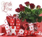 Il pois ha decorato i regali su fondo rosso e bianco con il testo del campione Fotografia Stock