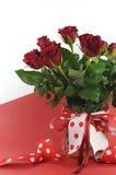 Il pois ha decorato i regali su fondo rosso e bianco con lo spazio della copia Immagini Stock