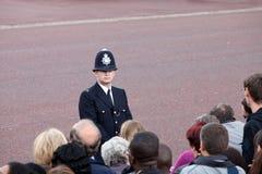 Il poliziotto britannico osserva la folla Fotografie Stock Libere da Diritti