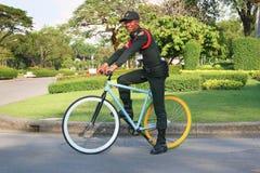 Il poliziotto-ciclista a Bangkok, Tailandia Fotografia Stock